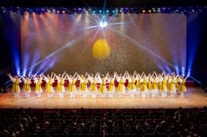 効果的な演出で観客を魅了した舞台=15日、東京都中野区