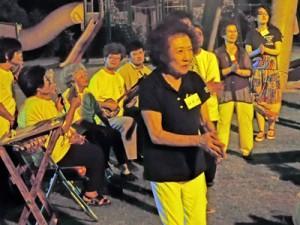 輪踊りを楽しむ交流会参加者=1日、喜界町上嘉鉄