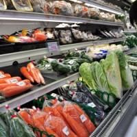 西日本豪雨災害で一部青果物が高騰。小売店もバラ売りにするなど工夫に努めている=16日、奄美市名瀬