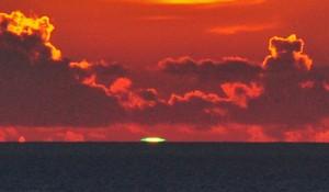 夕暮れの水平線に輝くグリーンフラッシュ=18年7月15日、大和村宮古崎