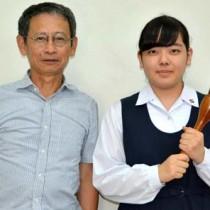 書道部の加さん(右)と池田教諭