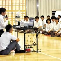 ネットの利便性と危険性について学んだ奄美高校のe‐ネット安心講座=4日、奄美市名瀬