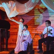 島唄とバレエダンスなどが共演した島唄継承イベント「了知と情熱~踊る喜界島~」の舞台発表=6月30日、喜界町