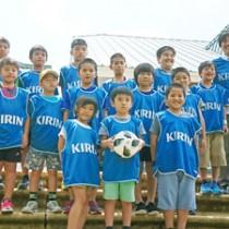 鹿児島Uのホームゲームに招待された子どもたち(キリンビール鹿児島支社提供)