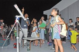 雲の間の星を観察する参加者ら=14日、龍郷町りゅうがく館