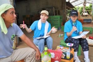 映像コンテンツの制作に向けて、農家を取材する島キャン生の(右から)小峰さんと髙橋さん=16日、和泊町伊延