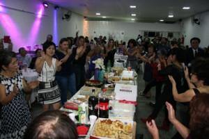 六調や手踊りなどで盛り上がる現地の婦人会=7月22日、サンパウロ市(宇検村提供)