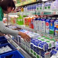 牛乳など消費の多い生鮮食品を多めに仕入れて船便欠航に備える小売店=19日、奄美市名瀬
