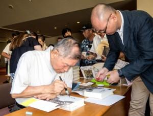 講演後、サインに応じる講師の大矢鞆音さん