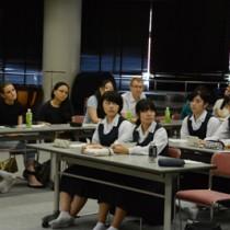オックスフォード大学の元院生らと意見交換する大島高校の生徒=4日、奄美市名瀬