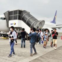 初便から降り立つ搭乗客=1日、奄美市笠利町の奄美空港