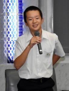スリランカで島唄を披露したエピソードを語る德永さん=7日、鹿児島市の県庁
