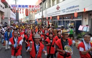 にぎやかな踊り連が続いたパレード=4日、和泊町和泊