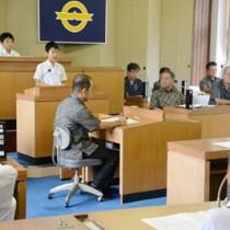 小学議員が身近な問題を質問した子ども議会=10日、大和村議会本会議場