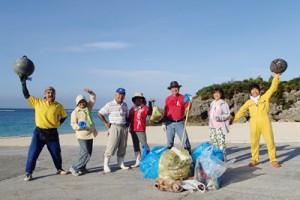早朝の海岸清掃を続ける「海謝美」メンバー=与論町