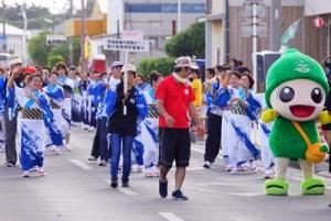 地域の踊り連などがパレードで通りをにぎやかに練り歩いて盛り上げた「喜界町夏まつり」=11日、喜界町湾