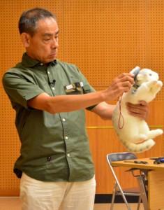 在来生物保護と猫の適正飼育を訴えた鳥飼さん=11日、県立奄美図書館
