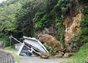 巨岩の下敷きとなった倉庫=22日、徳之島町亀徳