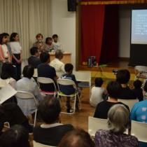 徳之島を舞台に制作した短編映画を紹介する学生ら=23日、徳之島町井之川