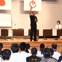 剣士の育成方法などを語った(左から)内村さん、亀井さん、細田さん=4日、徳之島町亀津