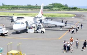 沖永良部島空港に到着した那覇発のJAC機=7月31日、和泊町