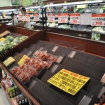フェリーの欠航が続き品薄となったスーパーの商品棚=23日、Aコープ和泊店