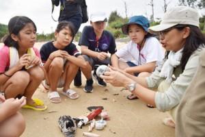 海の漂着ごみ問題を調査した奄美こども環境調査隊の現地視察2日目=2日、沖縄県名護市の海岸
