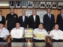 朝山市長を表敬訪問した朝日中相撲部メンバー(前列)=14日、奄美市役所