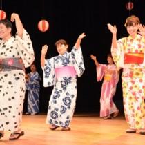 出演者が島唄や歌謡ショーを披露して観客を魅了した「シマあすびの夕べ」=2日、奄美文化センター