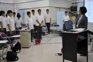 講師の浦口さんにお辞儀の仕方を習う大島北高の生徒ら=24日、奄美市名瀬の奄美看護福祉専門学校