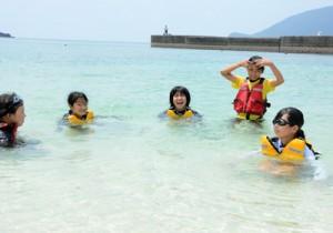 海遊びを楽しむ七ヶ宿町と宇検村の児童=8日、宇検村タエン浜