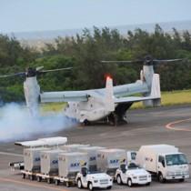 緊急着陸した米海兵隊のMV22オスプレイ。着陸の約1時間半後、エンジンを再始動させ、その後離陸した=14日午後7時ごろ、奄美市笠利町の奄美空港