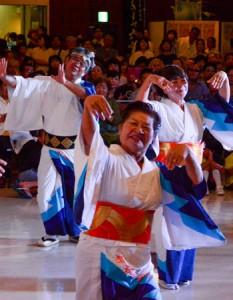 老若男女が笑顔で歌い踊り観客を魅了した「全島一 六調大会」=18日、奄美市名瀬