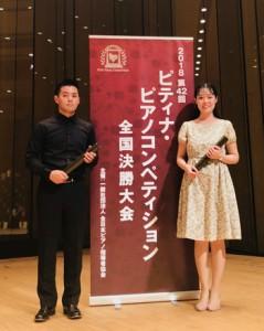 ピティナ・ピアノコンペで2冠を達成した松元さん(左)。隣は連弾のパートナーの西川みらいさん(提供写真)