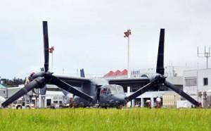 奄美空港に緊急着陸した米軍の輸送機オスプレイ=6月5日、奄美市笠利町