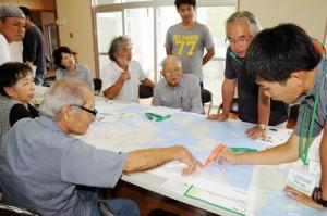 瀬戸内町北部・西側コースの見どころや課題について意見を出し合う参加者ら=28日、同町篠川
