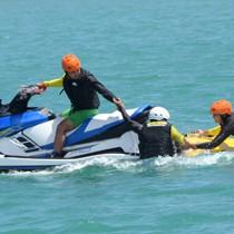 水上バイクによる救助活動を披露したデモンストレーション=26日、奄美市笠利町