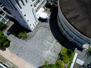 校内に浮かび上がった大島紬の龍郷柄=27日、大島高校(本社小型無人機で撮影)