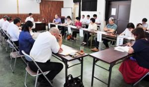 分野別に地域振興の方針について提言した懇談会=30日、奄美市名瀬