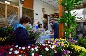 台風に備え空輸で切花を仕入れた生花店=22日、奄美市名瀬の「フラワーショップ花盛」
