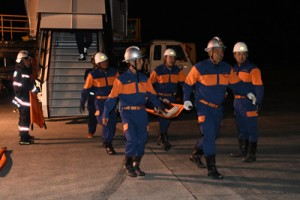 負傷者の搬出訓練を行う消防関係者=10日、奄美市笠利町の奄美空港