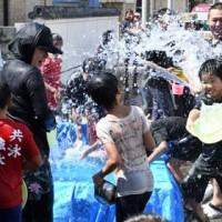 住民らが豪快に水を掛け合った「ネィンケ」=19日、徳之島町亀徳