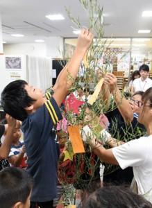 七夕の飾り付けを楽しむ子どもたち=6日、徳之島町亀津