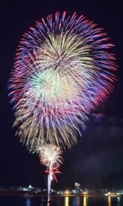 名瀬湾の夜空を彩った奄美まつり花火大会=3日、奄美市名瀬