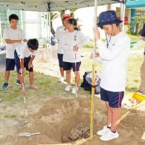 発掘調査に取り組む古仁屋高校の生徒ら=5日、瀬戸内町