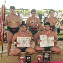相撲の団体を制した朝日の選手たち(提供写真)