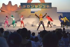 子どもたちの関心を集めたヒーローショー=19日、与論町の茶花海岸