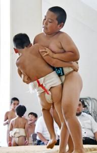 【個人・小学2年決勝】押し出しを決める笠利相撲クラブの山下(右)=5日、名瀬中学校相撲場