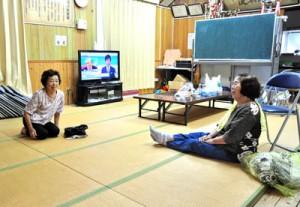 公民館に自主避難した住民ら=21日午後0時すぎ、龍郷町戸口