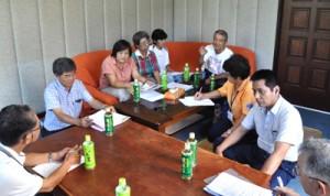 今月から知名町にマッサージ療養所を開いた清村さん(右から4人目)の話を聞く視覚障がい者福祉協会の会員ら=20日、知名町